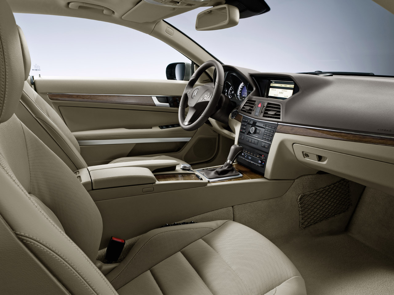 Mercedes benz e class coupe new images introduced for Mercedes benz interieur