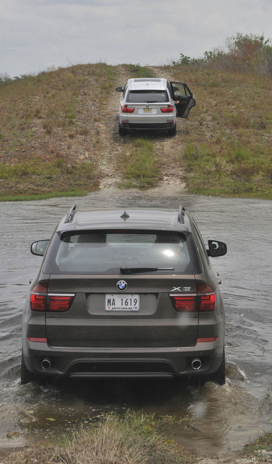 2010 bmw x5 introduction videos the x5 gets wet dirty. Black Bedroom Furniture Sets. Home Design Ideas