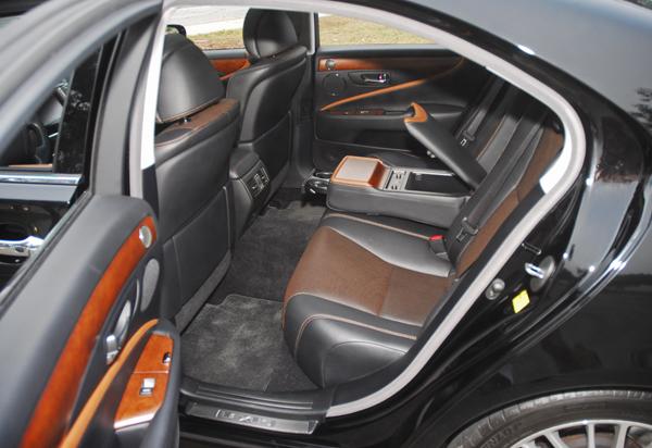https://www.automotiveaddicts.com/wp-content/uploads/2010/09/2010LexusLS460SportRearSeats001sm.jpg