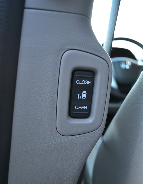 Honda Odyssey Vs Toyota Sienna >> Comparison Review: 2011 Toyota Sienna XLE V6 vs. 2011 ...