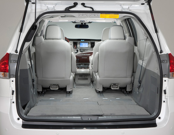 comparison review 2011 toyota sienna xle v6 vs 2011 honda odyssey touring. Black Bedroom Furniture Sets. Home Design Ideas