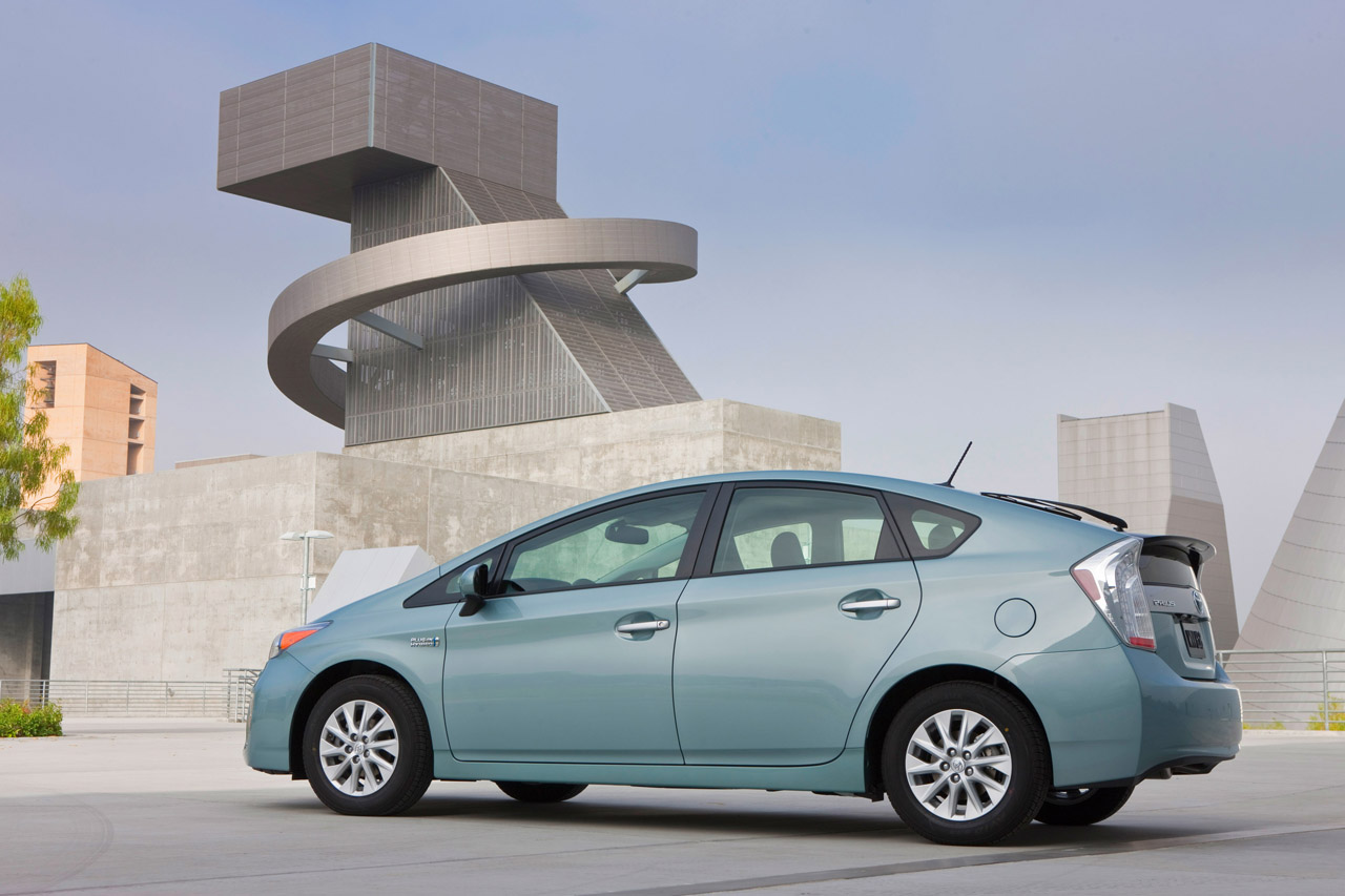 report toyota prius plug in hybrid outsells chevy volt nissan leaf in april. Black Bedroom Furniture Sets. Home Design Ideas