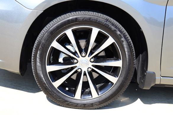 2012 Chrysler 200 S Convertible Wheel Tire