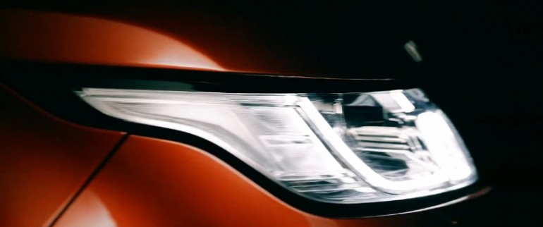 The headlight of the 2014 Range Rover Sport