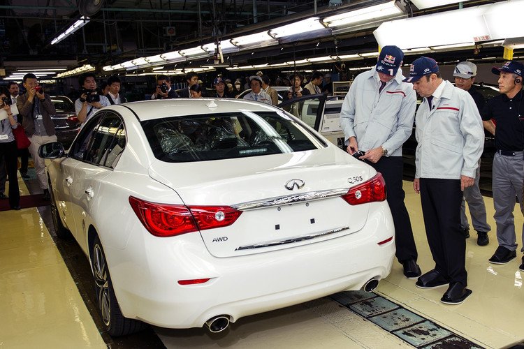 Q50_Johan_de_Nysschen_and_Carlos_Ghosn_with_all_new_Q50_hires