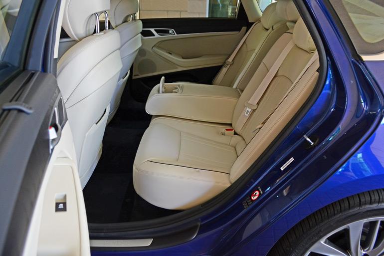 2015-hyundai-genesis-sedan-rear-seats