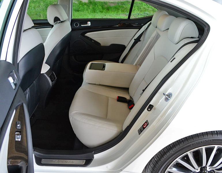 2014-kia-cadenza-rear-seats