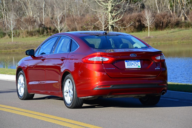 2015-ford-fusion-se-rear-angle