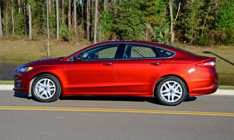 2015-ford-fusion-se-side