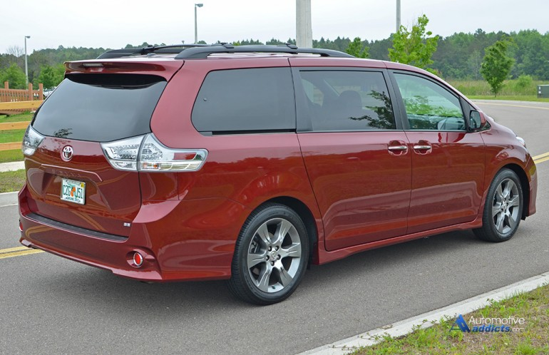 2015-toyota-sienna-se-side-rear