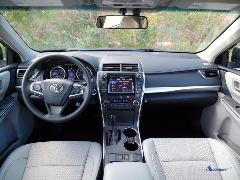 2015-toyota-camry-se-hybrid-dashboard-2