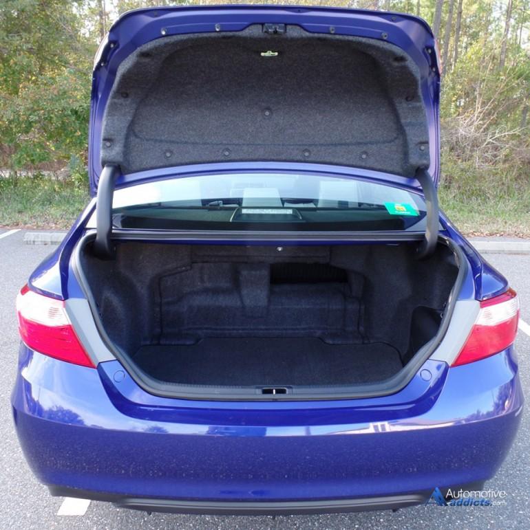 2015-toyota-camry-se-hybrid-trunk