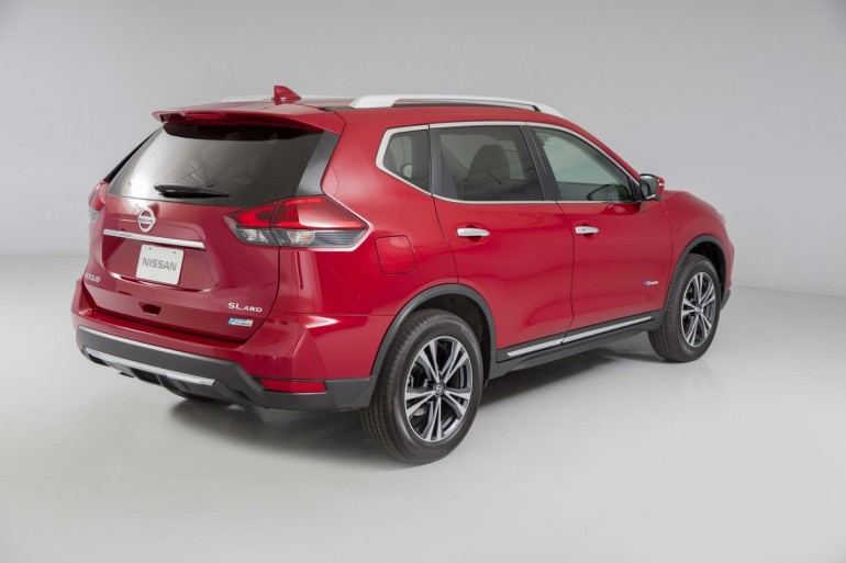 The 2017 Rogue offers updated exterior styling – which includes a new front fascia with integrated fog lamps, bumper, Nissan signature V-Motion grille and revised headlights with LED signature Daytime Running Lights – designed to enhance Rogue's robust, dynamic presence.