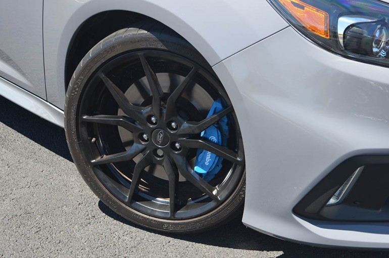 2017-ford-focus-rs-wheel-tire-brembo-brakes