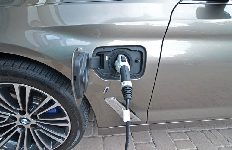 2018-bmw-530e-plugin-outlet