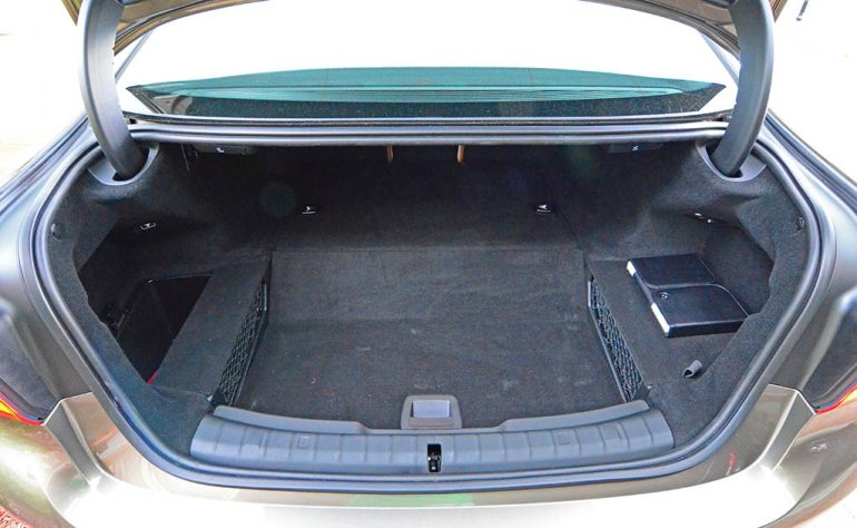 2018-bmw-530e-trunk