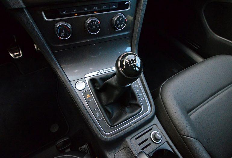 2017-volkswagen-golf-alltrack-manual-shifter