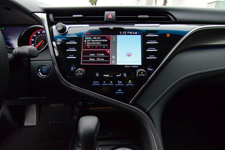 2018-toyota-camry-xse-v6-center-dashboard