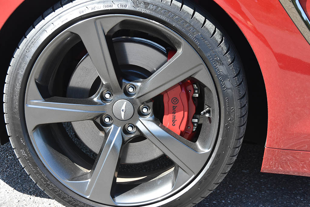 2019-genesis-g70-sport-wheel-tire-brembo-brakes